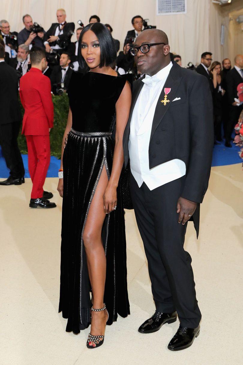 """""""Báo đen"""" Naomi Campbell cùng thiết kế váy cắt xẻ mang chất liệu nhung thời thượng."""