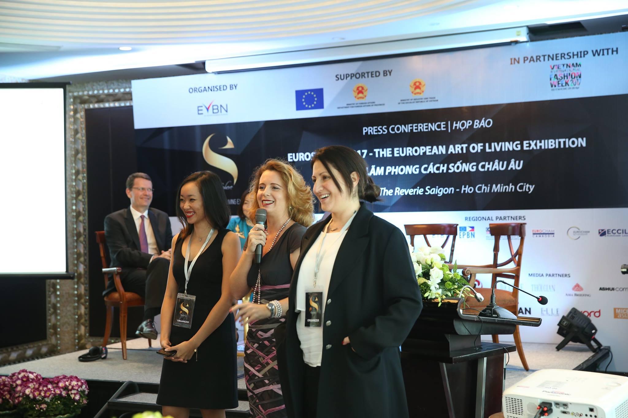 Bà Delphine Rousselet - Giám đốc EVBN (ở giữa) cùng cộng sự