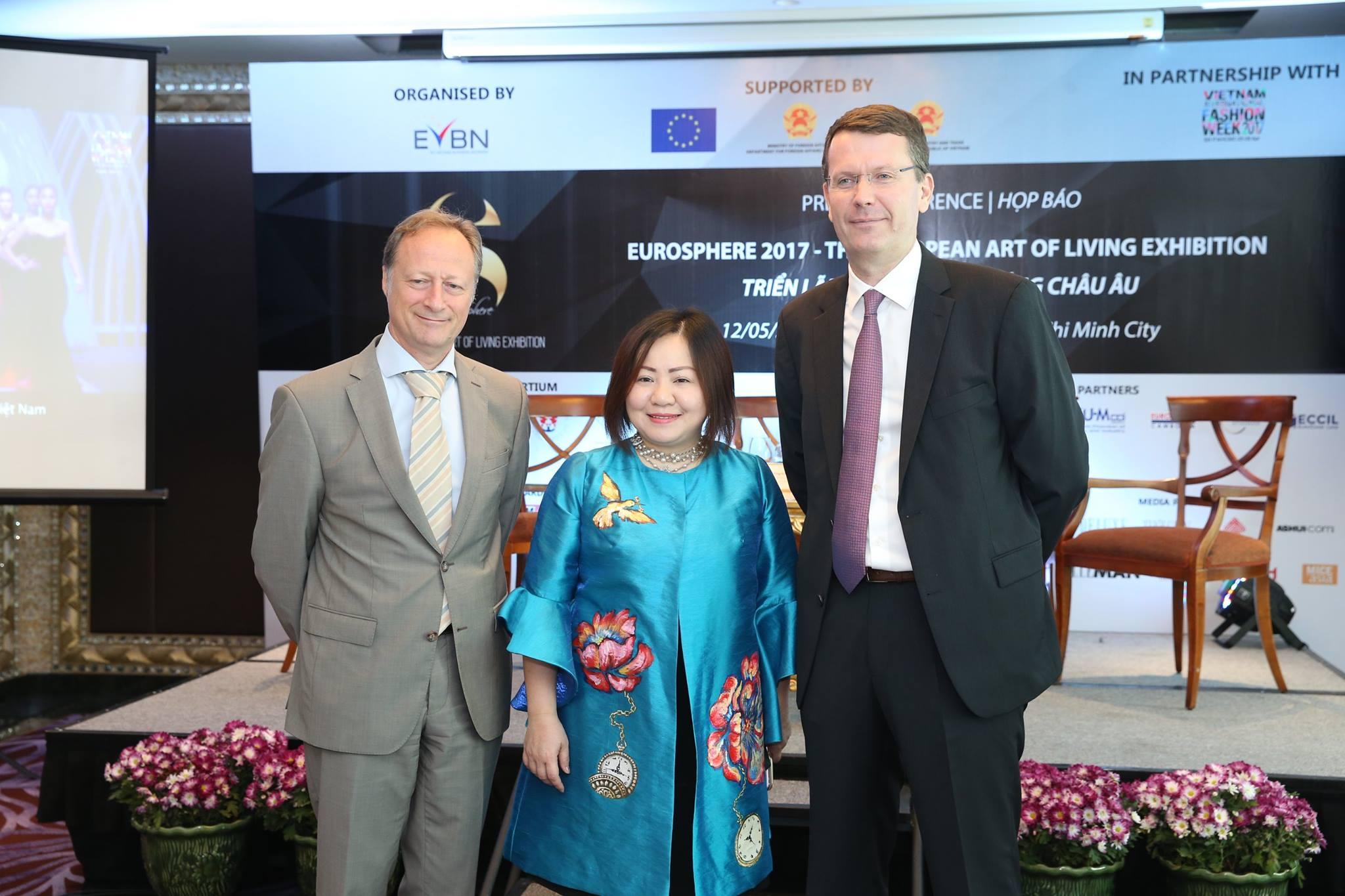 Ông Bruno Angelet, bà Trang Lê - Chủ tịch Tuần lễ Thời trang Quốc tế Việt Nam, và ông Pierre-Jean Malgouyres - Chủ tịch EVBN