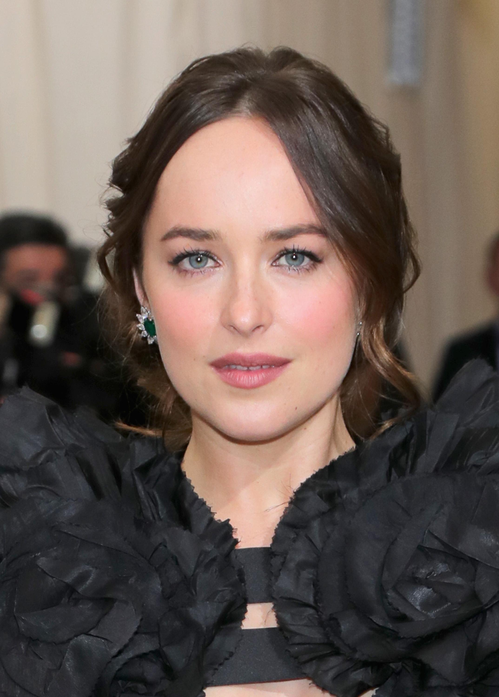 Nữ diễn viên Dakota Johnson diện đầm Gucci kết hợp với hoa tai kim cương Cartier (pha trộn bạch kim, đính ngọc lục bảo và nạm kim cương)