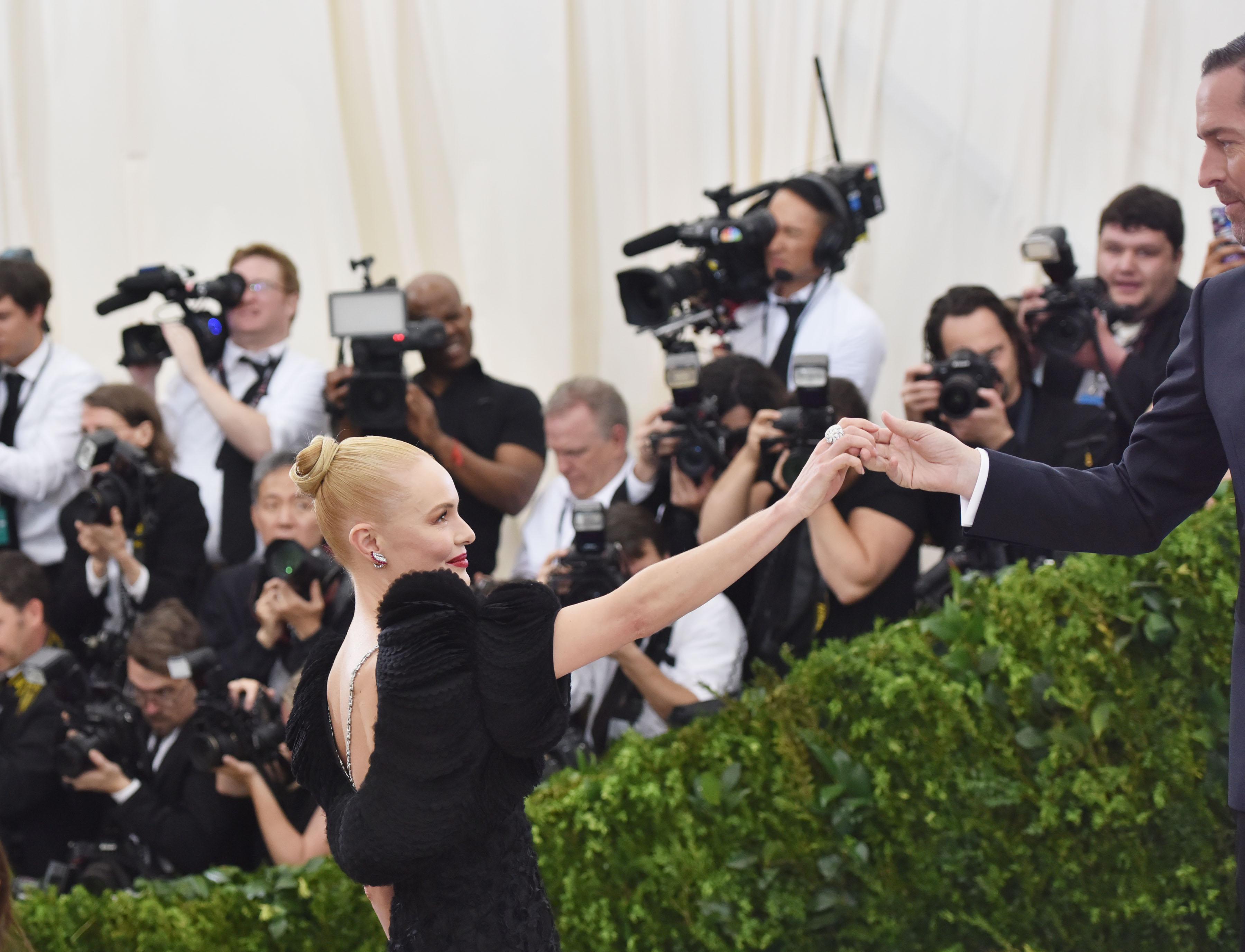 Kate Bosworth diện đầm Tory Burch cùng vòng cổ bạch kim Cartier vintage (1928, nạm kim cương), nhẫn bạch kim Cartier nạm kim cương và vòng tay bạch kim Cartier vintage (1937, nạm kim cương)