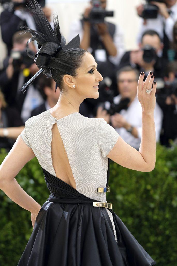 Diva Celine Dion đeo hoa tai kim cương bạch kim, xấp xĩ 6 carats (M9868), nhẫn Serpenti vàng trắng 18k nạm kim cương (AN855117)