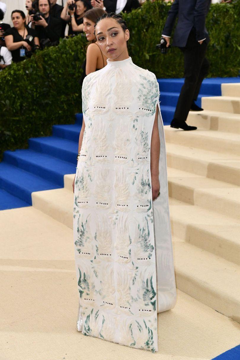 Ruth Negga trong thiết kế kết hợp giữa áo cape ( áo choàng không tay ) và váy dạ hội sang trọng.