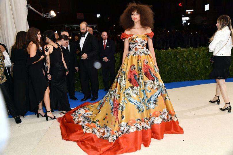 Nữ ca sĩ Zendaya trong thiết kế may đo riêng của nhà mốt Dolce&Gabbana.