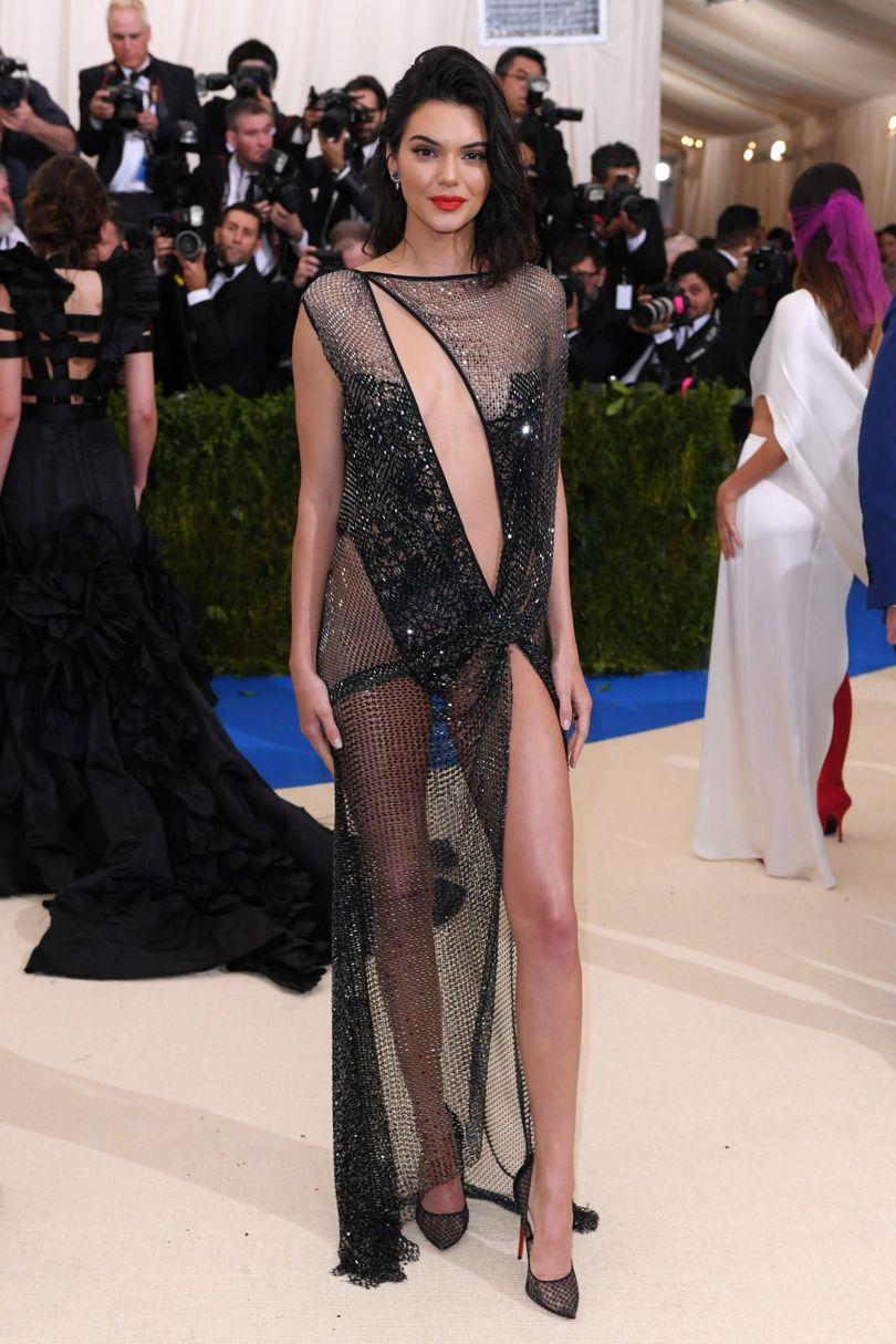 Nổi bật với những đường cong cuốn hút, chân dài Kendal Jenner thu hút đám đông với thiết kế xuyên thấu của nhà La Perla.