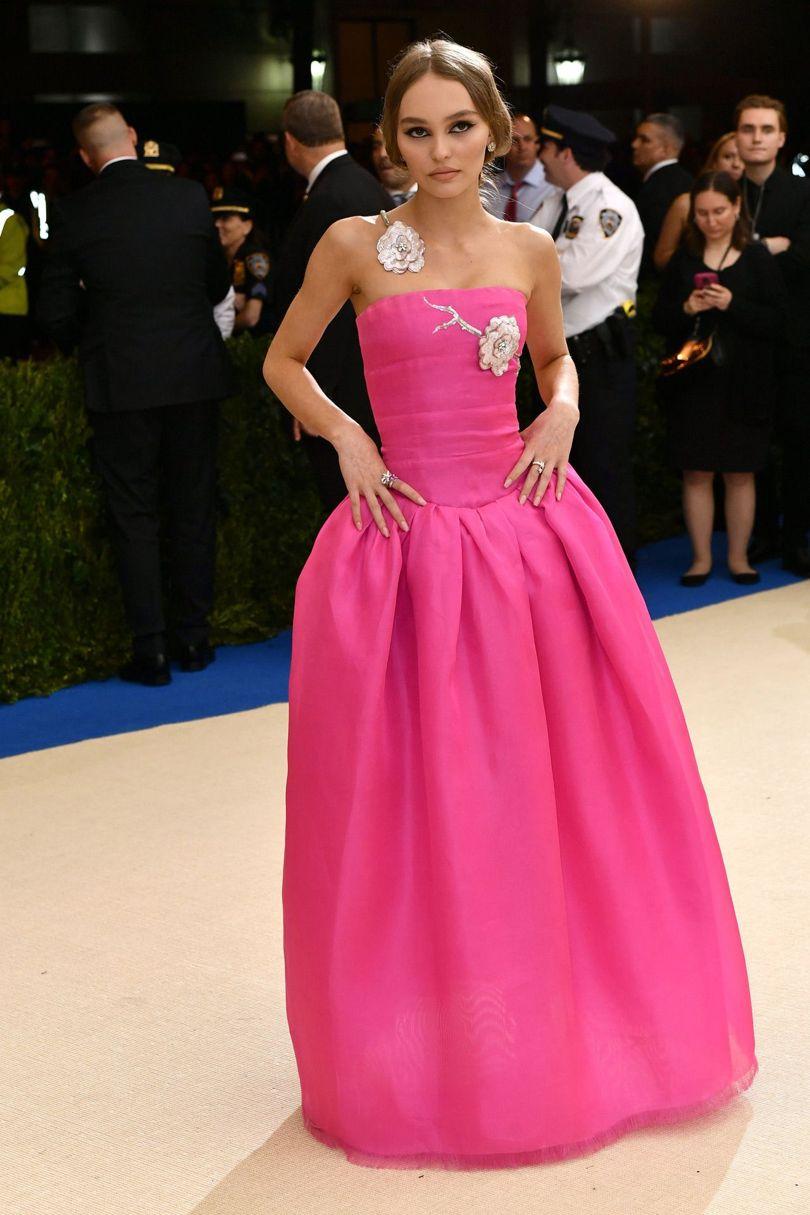 Lily-rose Deep, nàng thơ mới của NTK Karl Lagerfeld, khoe sắc trong thiết kế của thương hiệu Chanel.