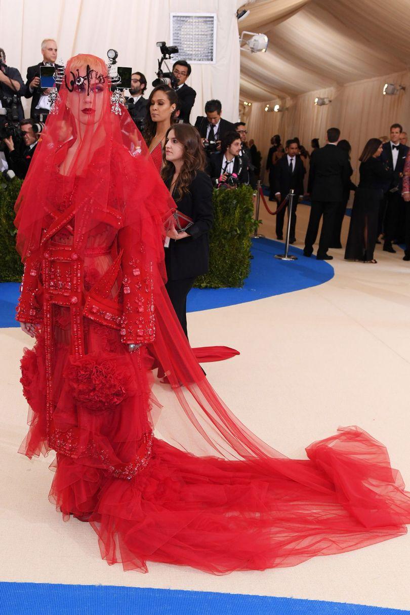 """Katy Perry không hề lẩn khuất trong dàn mỹ nhân đình đám khi hóa thân thành """"cô dâu ma"""" với thiết kế của nhà Maison Margiela."""