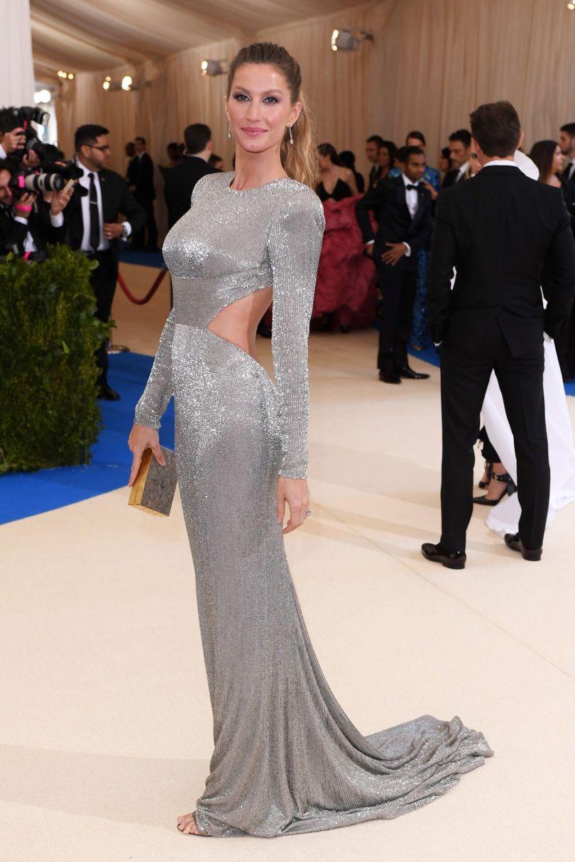 Cựu siêu mẫu Gisele Bundchen khẳng định vị trí hàng đầu trong làng mẫu quốc tế với chiếc đầm ánh bạc của nhà Stella Mccartney.
