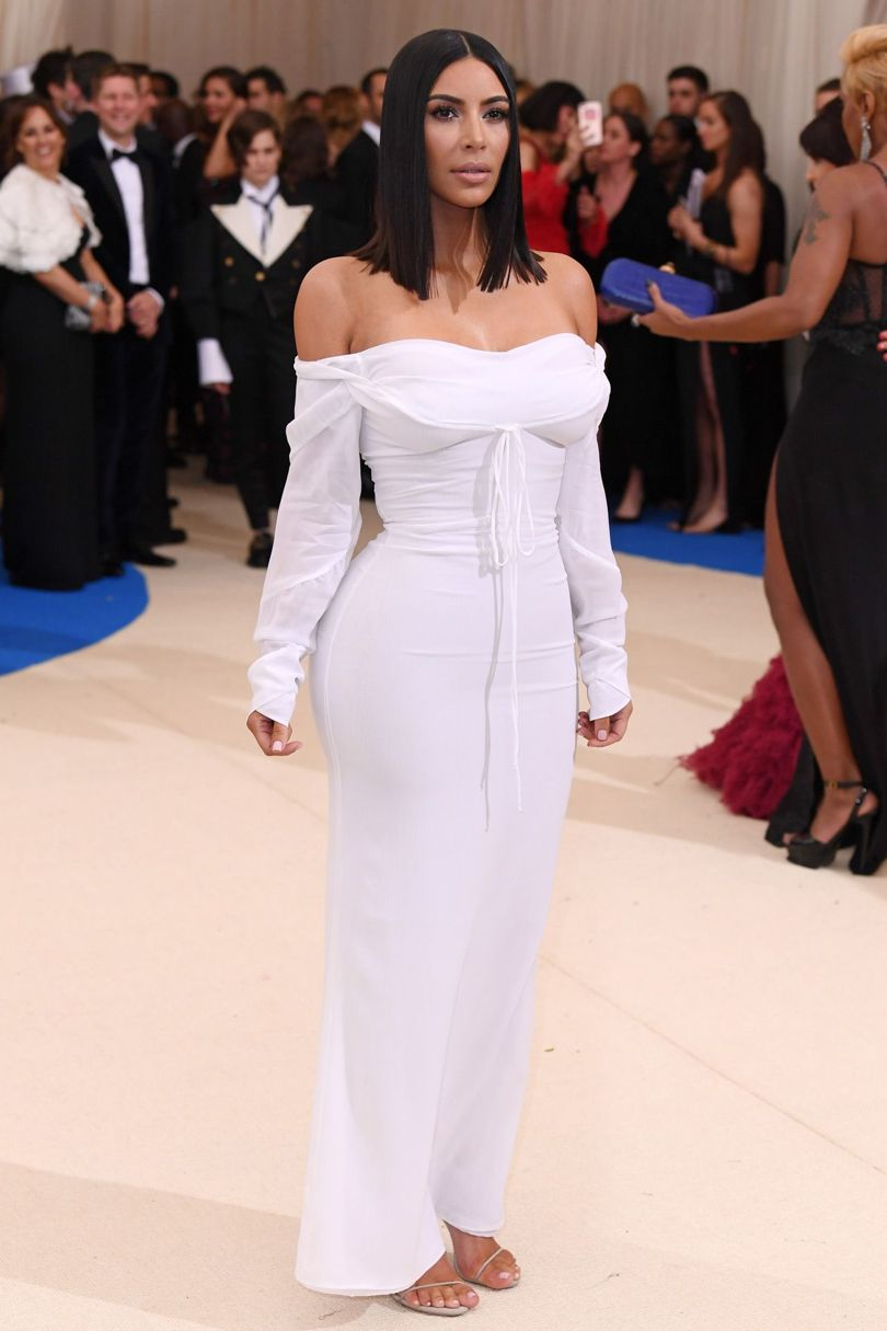 Kim Kardashian khoe dáng trong thiết kế tối giản của nhà Vivienne Westwood.