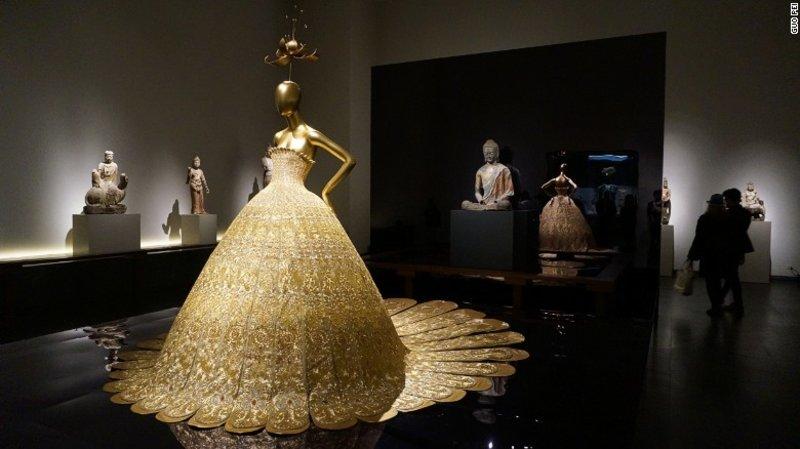"""Chiếc đầm Dajin tại triển lãm """"Trung Quốc: Thông qua lăng kính""""."""