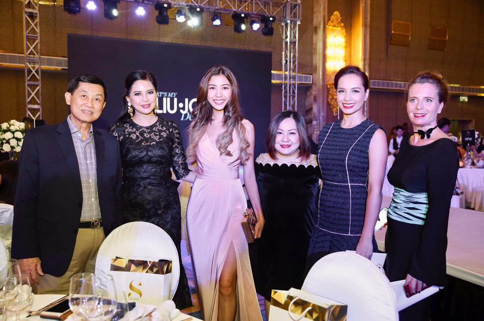 Từ trái sang: Doanh nhân Jonathan Hạnh Nguyễn, nữ doanh nhân Thủy Tiên, Á hậu Thúy Vân, nữ doanh nhân Trang Lê, cựu người mẫu Thúy Hạnh và bà Delphine Rosselet