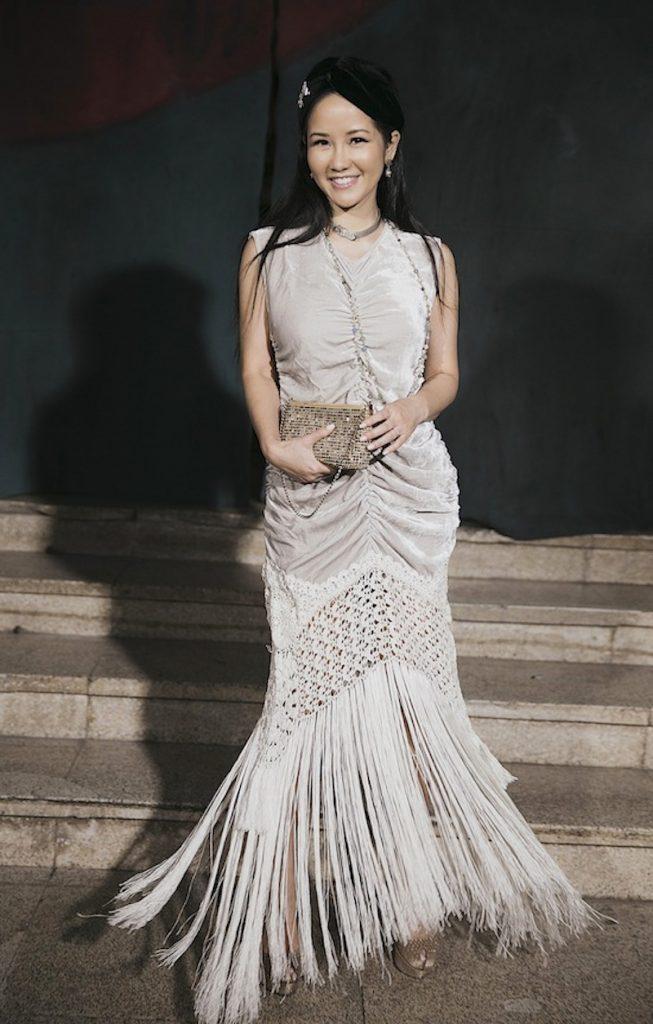 Diva Hồng Nhung diện chiếc đầm tua rua nữ tính