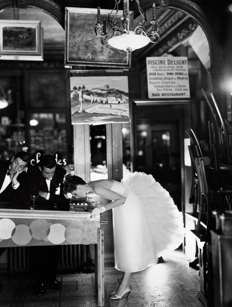 Suzy Parker với Robin Tattersall và Gardner McKay tại Café des Beaux-Arts, Paris (8/1956). Ảnh chụp bởi Richard Avedon. Đầm của Lanvin-Castillo