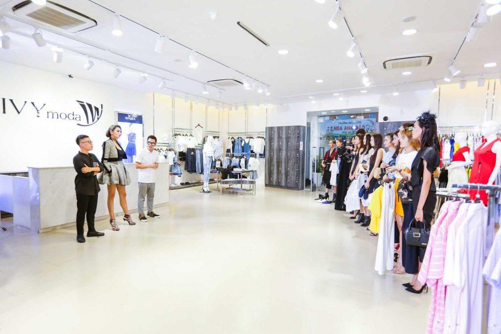 Các người mẫu tại cửa hàng Ivy moda chuẩn bị cho thử thách Mix & Match