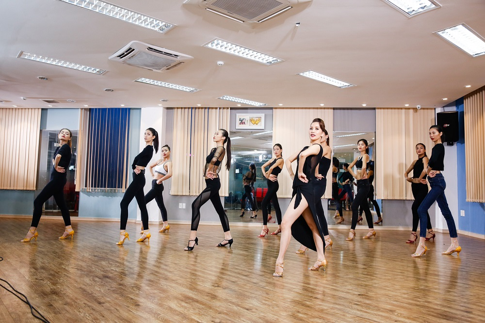 Kiện tướng Khánh Thi hước dẫn các người mẫu điệu nhảy trong thử thách tập 6