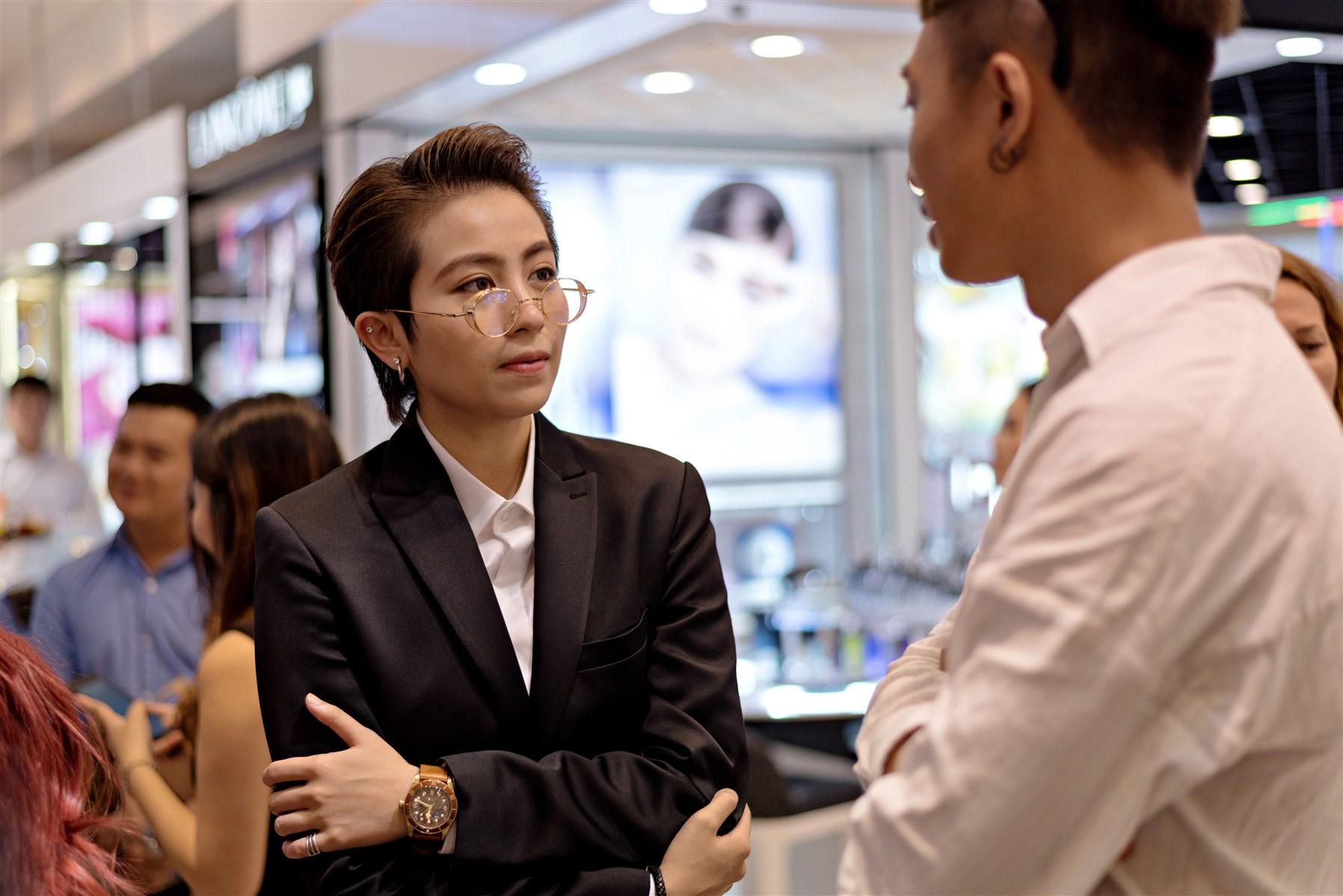 Gil Lê là một trong những vị khách đầu tiên đến tham quan cửa hàng Pop-up của Tudor.