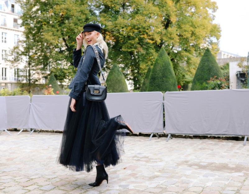 Người mẫu Karlie Kloss duyên dáng đậm tính nữ trong chiếc đầm tulle bung xoè của Dior.