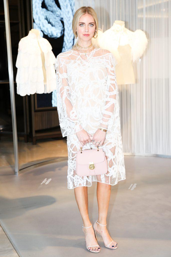Fashion blogger kiêm nhà thiết kế Chiara Ferragni chọ túi Burberry màu hồng phấn nữ tính