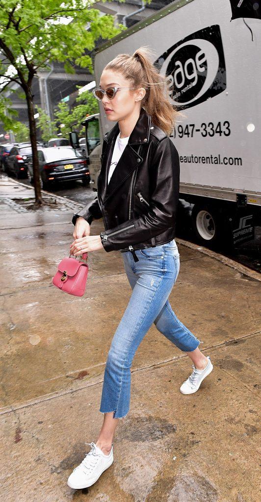 Gigi Hadid cũng cập nhật xu hướng mới với túi Burberry màu hồng fuchsia