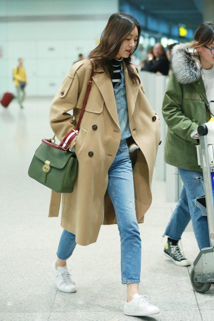 Siêu mẫu Liu Wen diện túi Burberry DK88 màu xanh rêu cá tính
