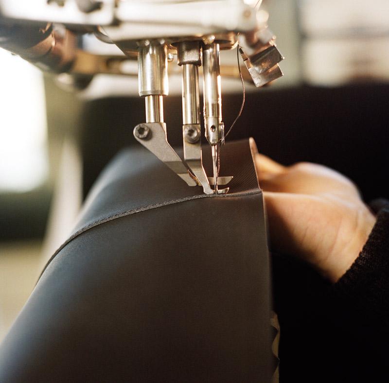 Công đoạn khâu thành phẩm túi Burberry DK88