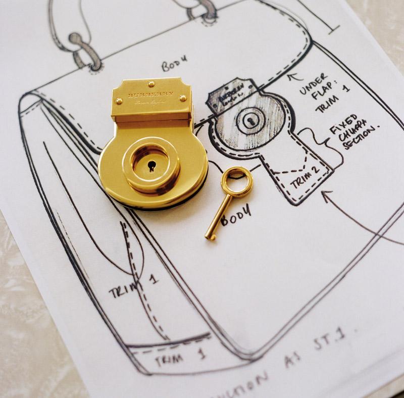 Từ phác thảo ra đời thực của ổ khóa sử dụng trên túi Burberry DK88