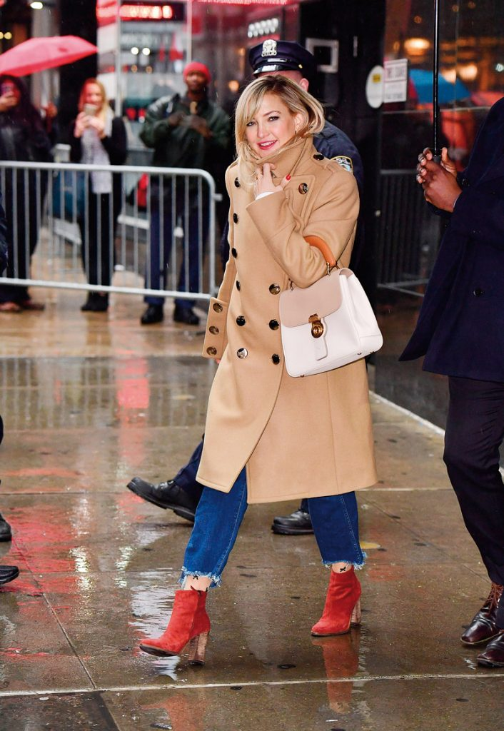Nữ diễn viên Kate Hudson mang túi DK88 và mặc áo trench coat của Burberry