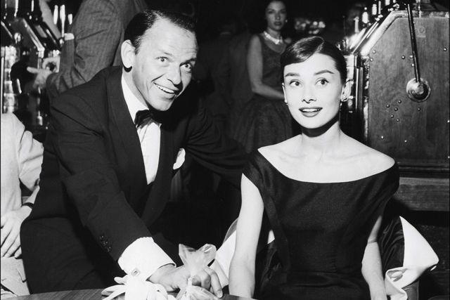 Hepburn với ca sĩ Frank Sinatra ở Las Vegas, năm 1956.
