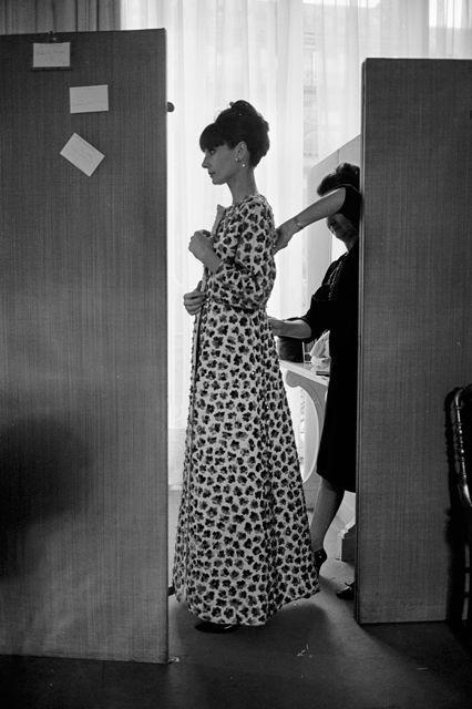Hepburn thử đồ trong văn phòng của Givenchy ở Paris năm 1964.