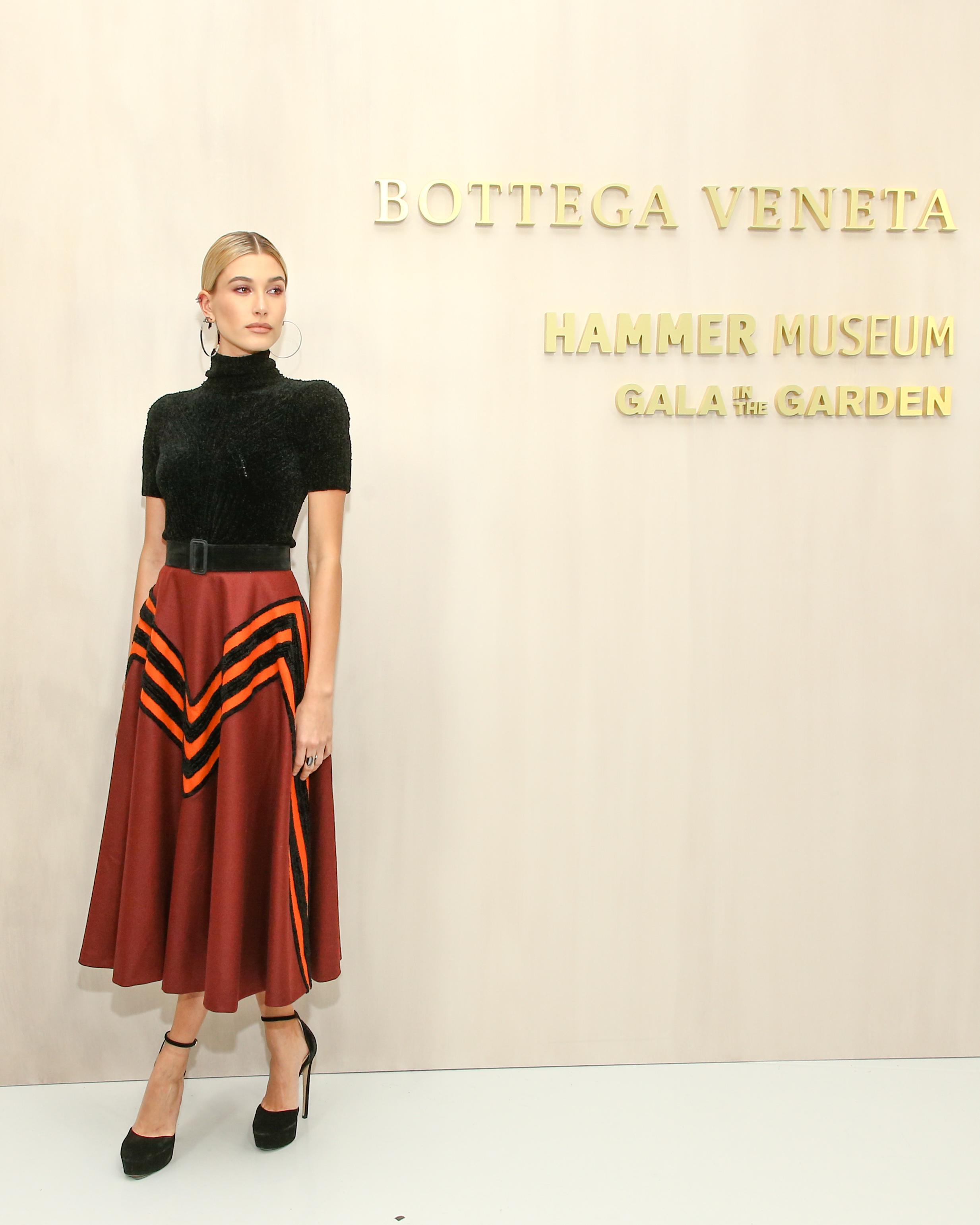 Người mẫu Hailey Baldwin với áo len cổ lọ Nero Viscose Chenille Rib, váy len Barolo với đường sọc Chenille.