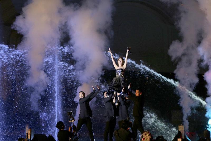 """Buổi trình diễn của Mỹ Tâm có phần """"sung"""" hơn, dạt dào cảm xúc hơn trên sân khấu nhạc nước."""