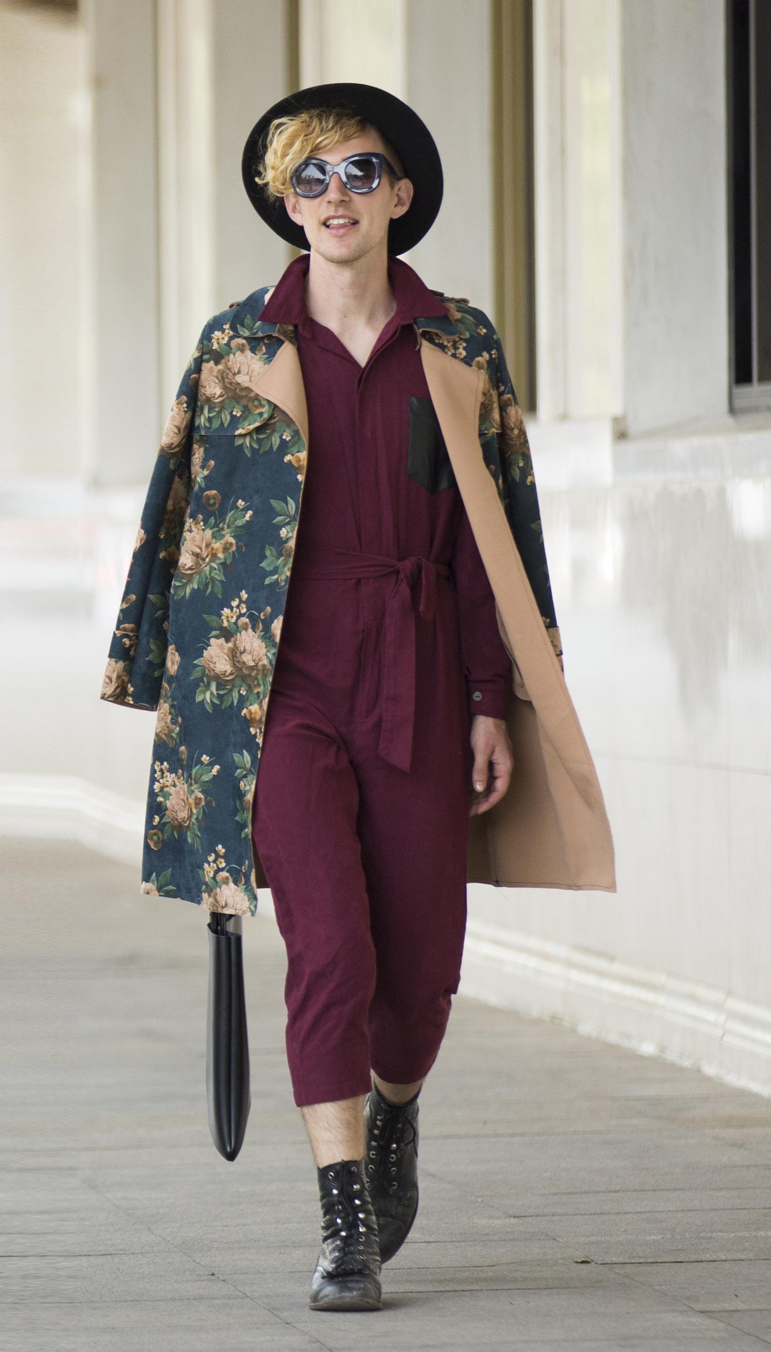 Rob Woodcox nổi bật với điểm nhấn là áo khoác hoạ tiết hoa đến từ thương hiệu Thai Salew.