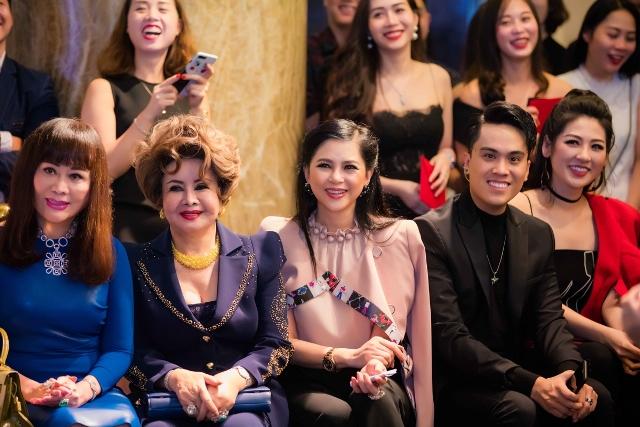 20171030 quý ông showbiz Việt chúc mừng doanh nhân Thuỷ Tiên 03