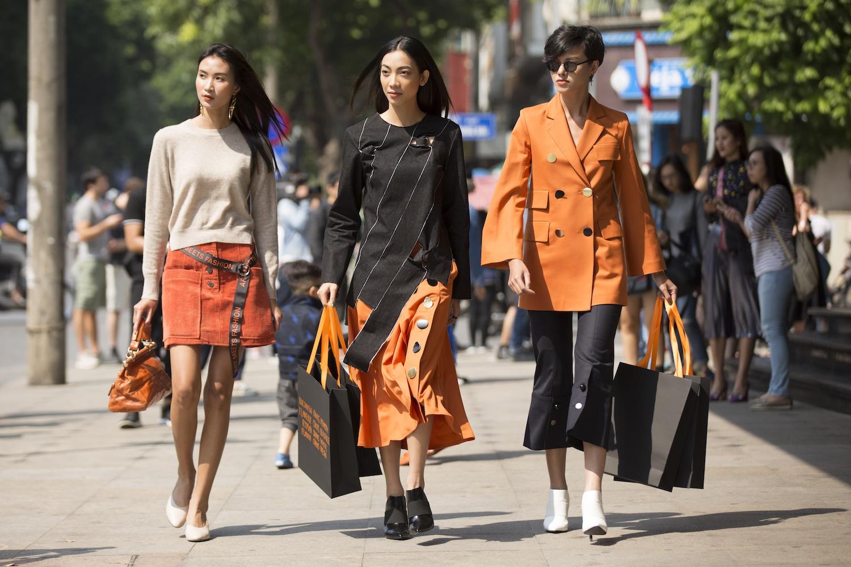 Người mẫu Hà kino (phải) và Nguyễn Thị Thanh xuống phố với sắc màu nổi bật