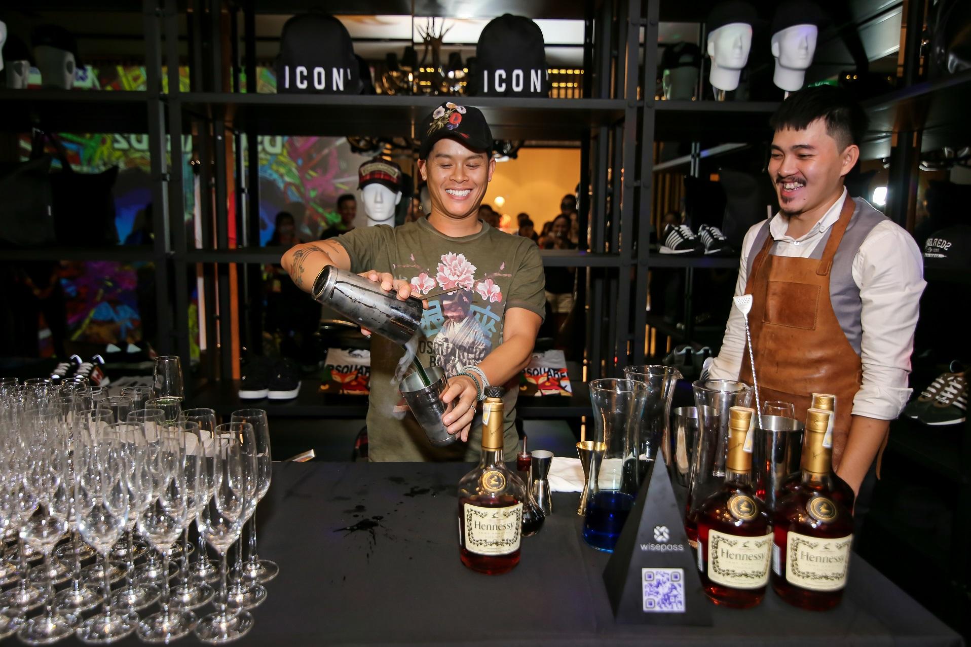 Dancer John Huy Trần thích thú thử nghiệm pha chế thức uống Dsquared2