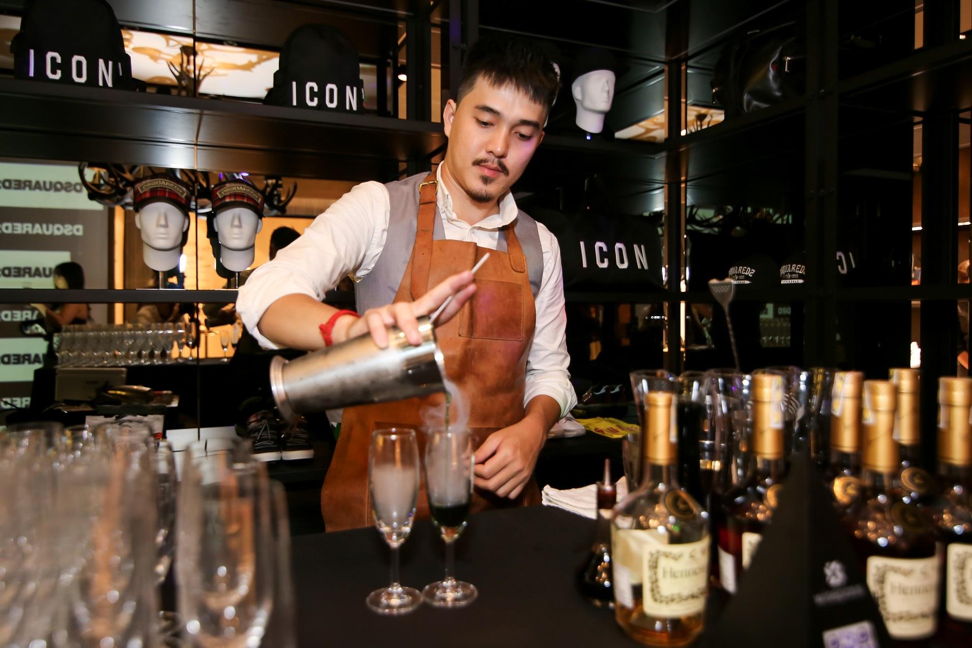 Bartender tại chuỗi nhà hàng Nhật Bản nổi tiếng Dương Tiến Đức với những màn pha chế đẹp mắt.