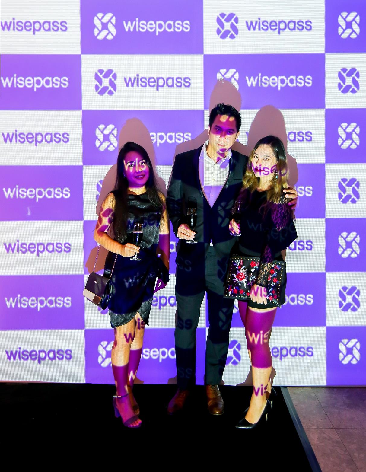 Đại diện đối tác Wisepass (giữa) cho đêm tiệc Halloween của Dsquared2.