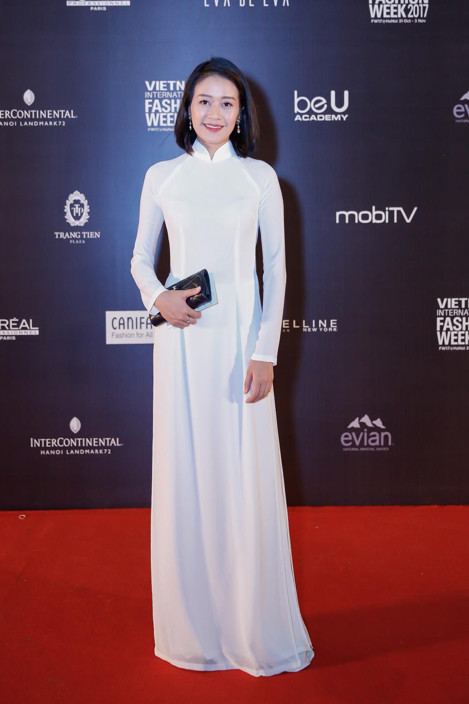 MC Phí Linh dịu dàng trong bộ áo dài trắng tinh khôi.