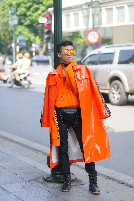 Tín đồ thời trang nam gây ấn tượng khi diện bộ trang phục với 2 layers đều mang tông sáng nổi bật.