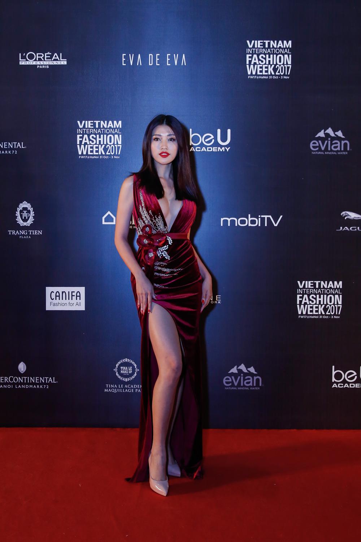 Chế Nguyễn Quỳnh Châu đốt cháy thảm đỏ với mẫu đầm dạ tiệc nóng bỏng màu đỏ đun.