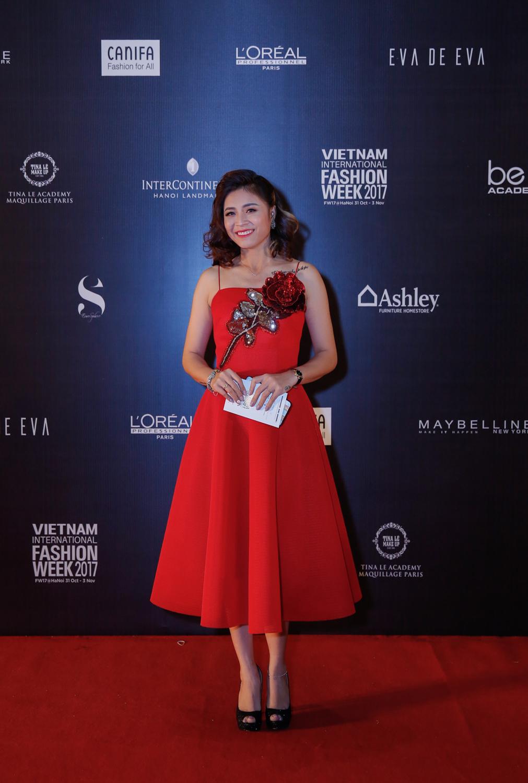 MC Hoàng Linh trong chiếc váy rực rỡ của NTK Hà Duy sánh đôi cùng đạo diễn Trần Mạnh Hùng.
