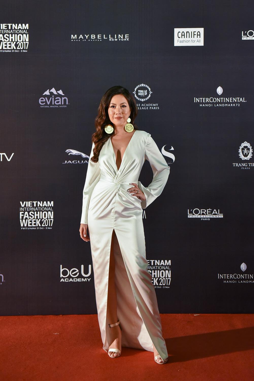NTK Katy Nguyễn trong bộ đầm trắng do cô tự thiết kế.