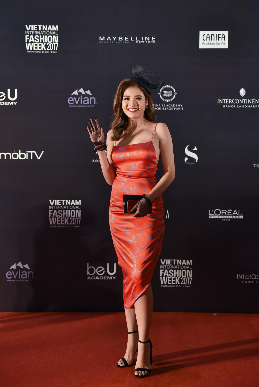 Hoa hậu Phan Hoàng Thu đẹp lộng lẫy trong chiếc đầm satin của thương hiệu XITA.