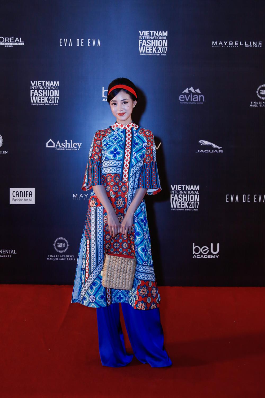 Cùng diện đồ của NTK Thuỷ Nguyễn, Quỳnh Anh Shyn, Salim chọn cho mình mẫu áo dài với sắc màu nổi bật.