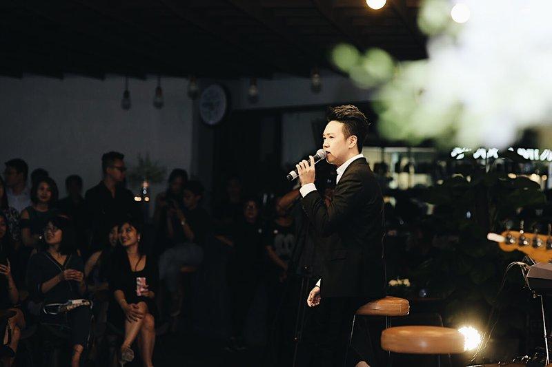 Lê Hiếu với các ca khúc đẹp về phụ nữ; tình yêu; mùa thu Hà Nội đã mang đến một đêm nhạc trọn vẹn cho khán giả tại nest by AIA.