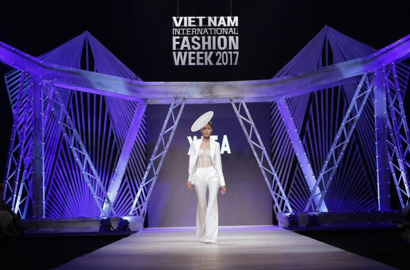 Quán quân VNTM All Stars Kim Dung là người mẫu giữ trọng trách mở màn bộ sưu tập