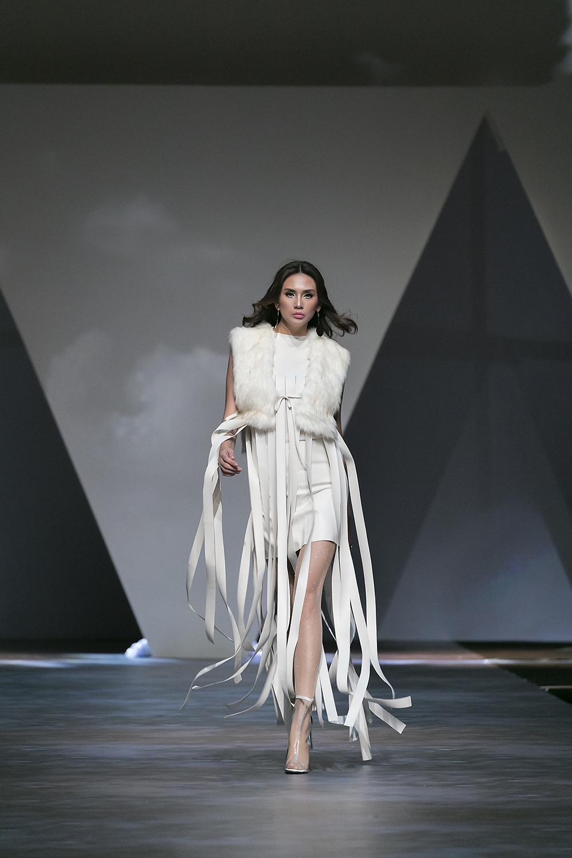 Bước ra từ sân khấu với những tảng băng trắng muốt; siêu mẫu Võ Hoàng Yến mở màn trong trang phục mang sắc trắng tinh khôi.