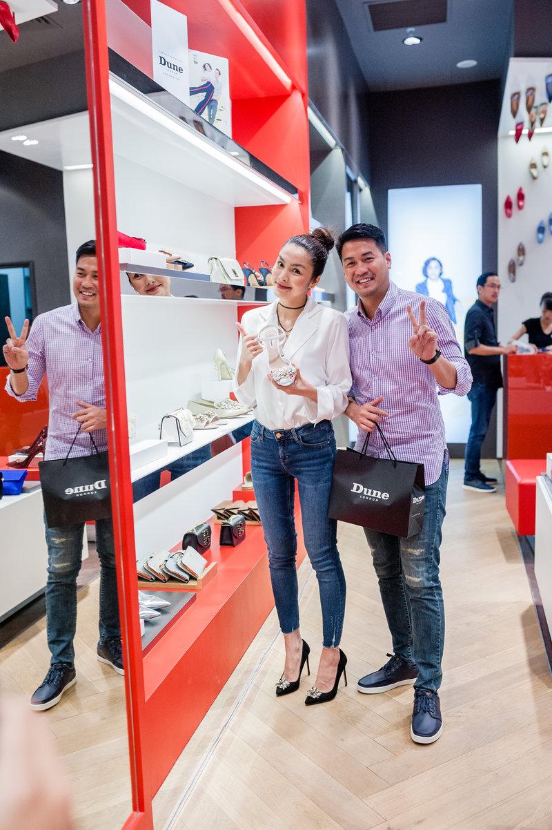 Vợ chồng Tăng Thanh Hà và Phillip Nguyễn đến từ rất sớm để chọn cho mình sản phẩm ưng ý từ BST Thu 2017