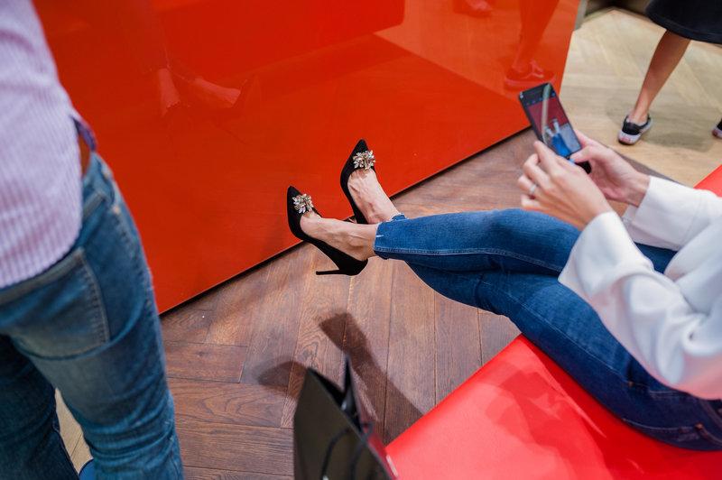 Tăng Thanh Hà đang selfie những đôi giày cô yêu thích. Bên cạnh những thiết kế đơn giản và thoải mái; BST Thu 2017 đặc biệt nhấn mạnh những thiết kế sang trọng, chi tiết tinh tế dành cho những sự kiện quan trọng.