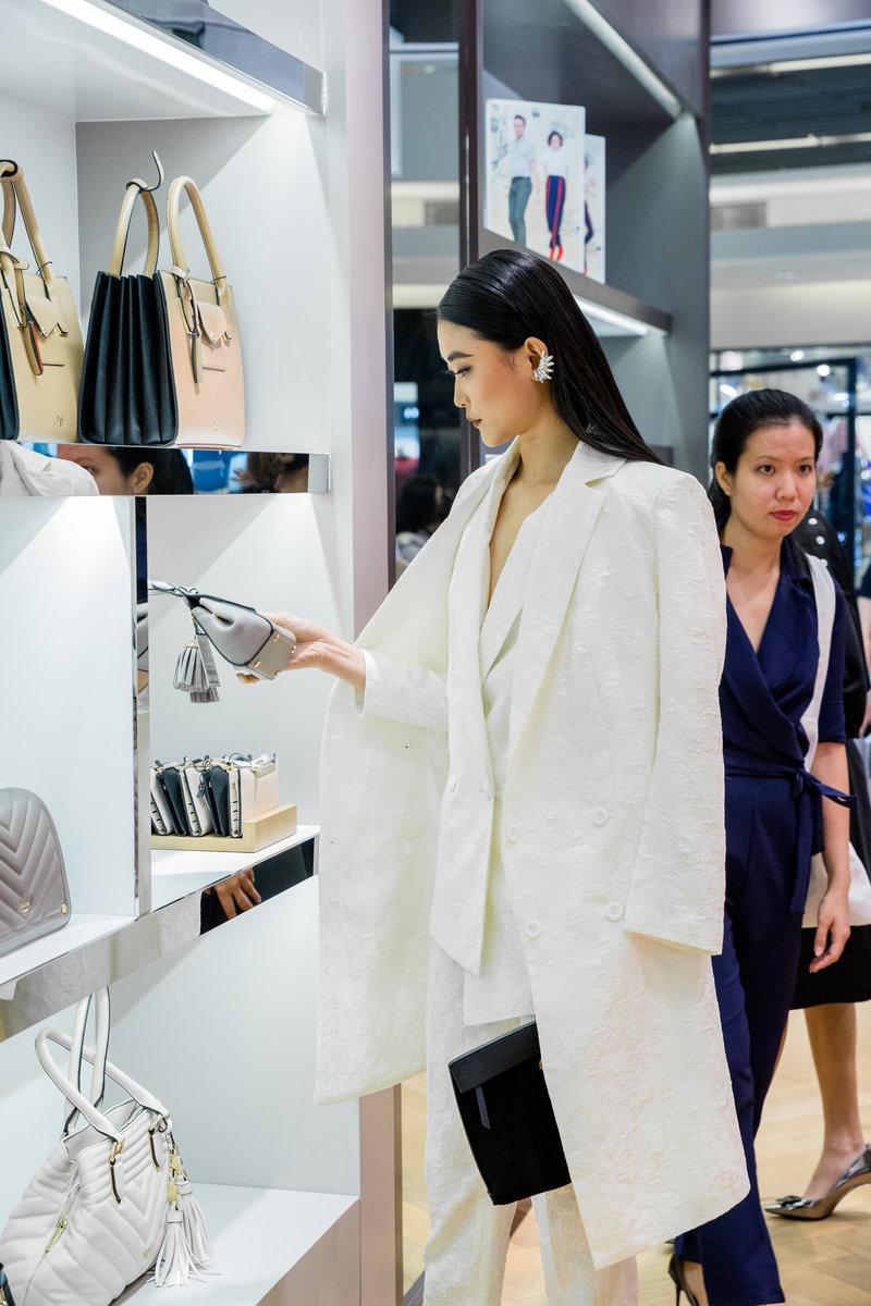 Người mẫu Kim Nhung vừa trở về từ London cũng đến tham dự sự kiện từ rất sớm